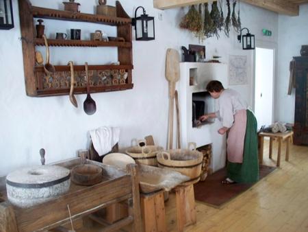 Troboje įsikūrė Aušros muziejaus etnografijos skyrius. Vykdomas edukacinis projektas – duonos kepimas, kepamos duonos kvapas jau pasitinka vos pravėrus pastato duris. Vyksta ir eilė kitų etnografinių edukacinių programų susijusių su lietuviškuoju kultūriniu paveldu.