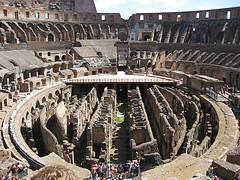 Daugybė turistų vos tik atvykę į Italijos sostinę Romą skuba pamatyti Koliziejų.