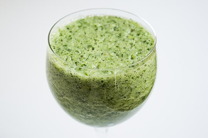 Žaliasis salotų, agurkų, obuolių ir žaliosios arbatos kokteilis
