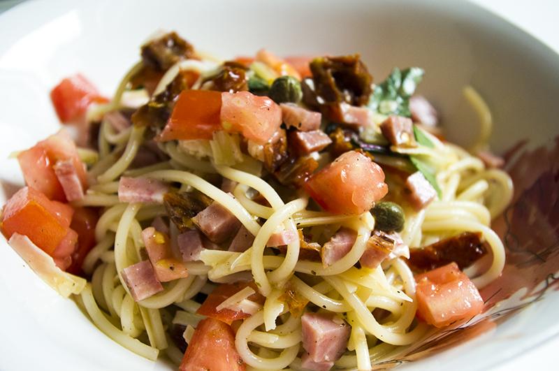 italiskos spageti salotos su desra