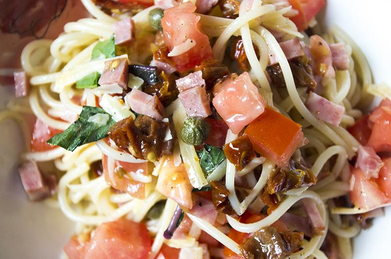 makaronu salotos su pomidorais ir bazilikais